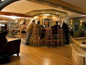 crescent-spur-lodge-bar-guests